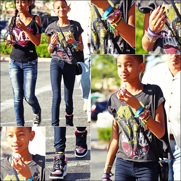Willow accompagnée de sa cousine Sydney,alors qu'elles se rendaient au Calabasas Common, en Californie (27.05.2012)