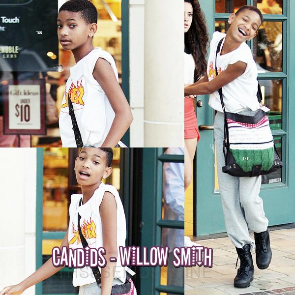 27.06.2012 Willow Smith et une de ses très bonnes amies ont été aperçues quittant la librairie Barnes & Noble à Calabasas (Californie).