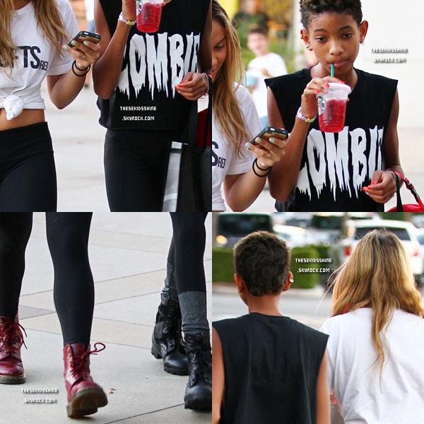 13.08.2012 Willow Smith et Stella Hudgens se sont rendus au centre commercial Calabasas Commons dans Calabasas (Californie).