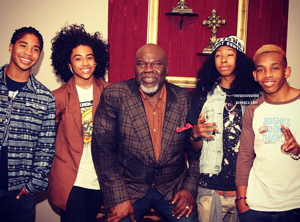 Mindless Behavior en compagnie du Pasteur de Potter's House, T.D. Jakes, dans l'Etat du Texas à Dallas.
