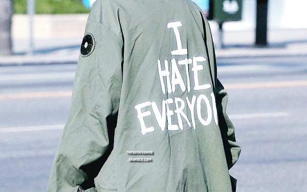 21 octobre 2012  A toi de jouer ! Qui a été aperçu portant une veste avec l'inscription I Hate Everyone dans les rues de Studio City ?