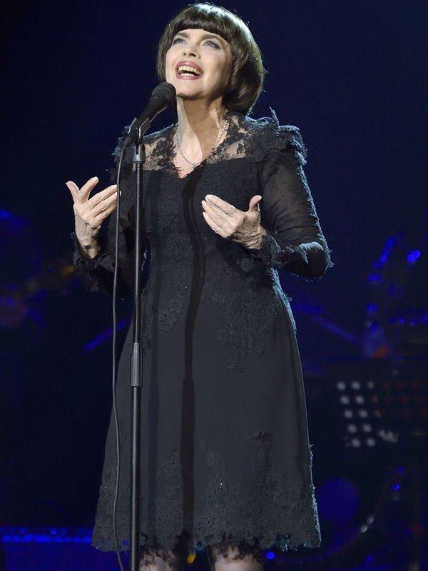 Mireille Mathieu : 50 ans de carrière, une coupe de cheveux ?