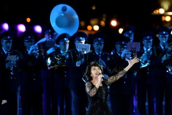 """Mireille Mathieu """"bouleversée"""" par le crash de l'avion russe"""