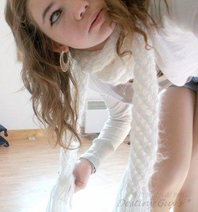 - Il plaqua ses lèvres contre les miennes et m'embrassa avec une passion proche du désespoir.