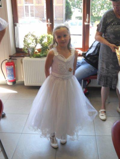 voici ma petite fille Sherley à sa communion