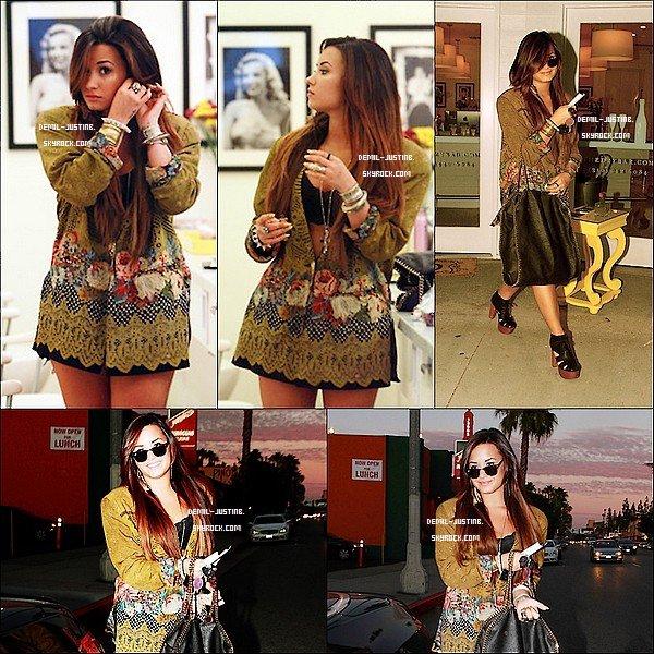 30.07.11 - Justin arrivant à l'aéroport de Los Angeles - 02.08.2011- Demi a été  dans un salon de coiffure, puis en sortant, dans la soirée.Top ou Flop ?
