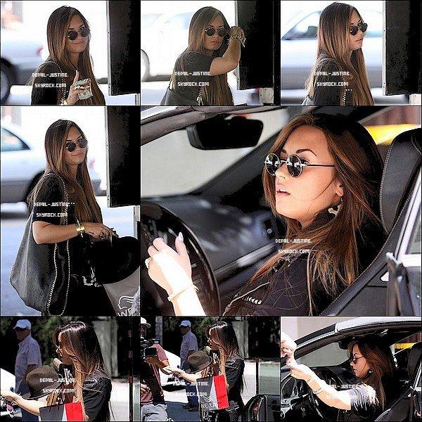Du coté de Justin pas de News mais il a postée des photos ,deux avec Selena sur son instagram. - 17.08.11 - Demi a été vue en quittant le salon de beauté Nine Zero d' Hollywood.Top ou Flop? + deux photos de Demi & ses amis à sa fete party & aussi celui de son amie Hannah.