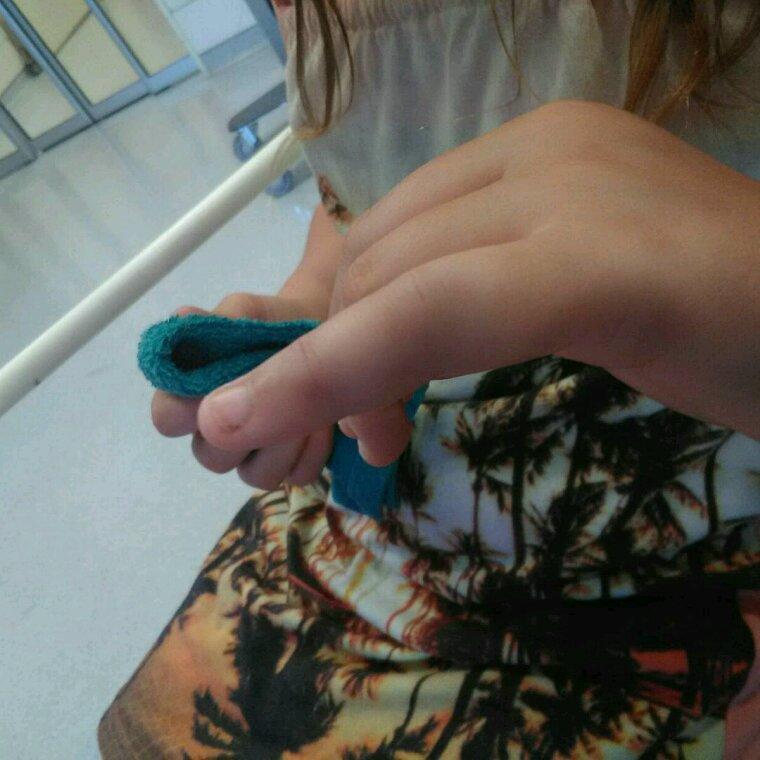 Et voila quand c est pas mon pied c est le doigt de keira fracture pffff