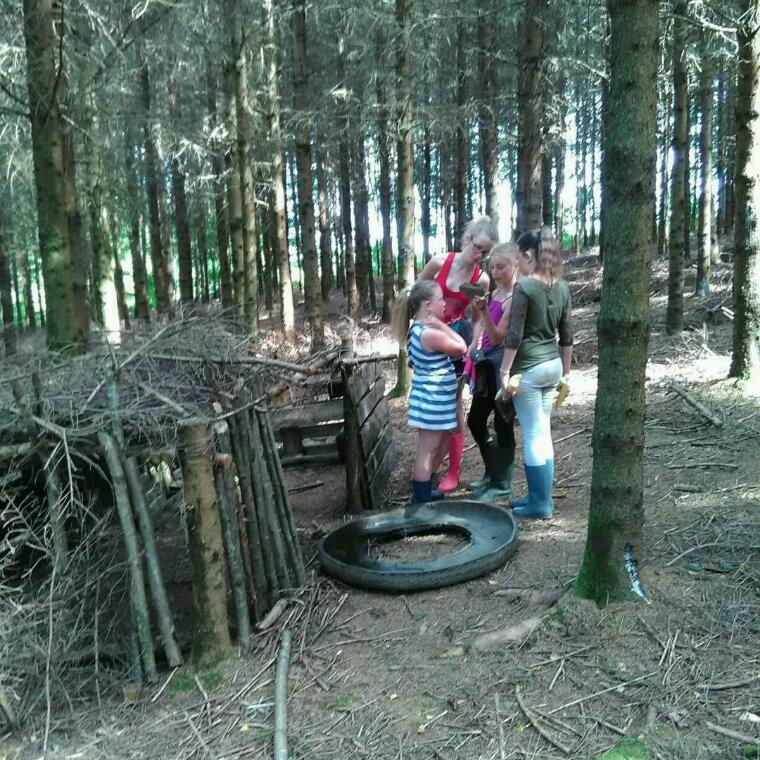 Mes filles en balade dans les bois