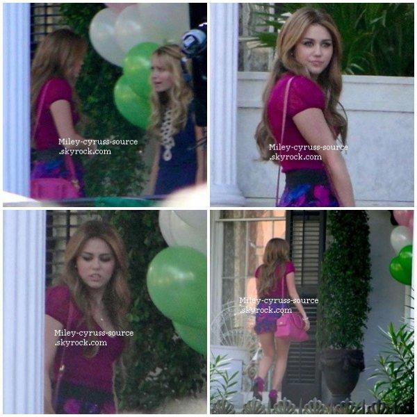 """C'est encore sur le tournage de """"So Undercover"""" que l'on a pu retrouver Miley à la Nouvelle Orléans le 21 décembre."""