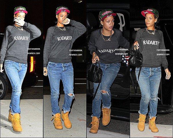 - 17/06/12 :Rihanna a été photographié alors qu'elle quittait son hôtel à New-York Elle en a aussi profité pour rendre visite a sa grand-mèrehospitalisé et se rendre vers al'aéroportpour une destination inconnue -