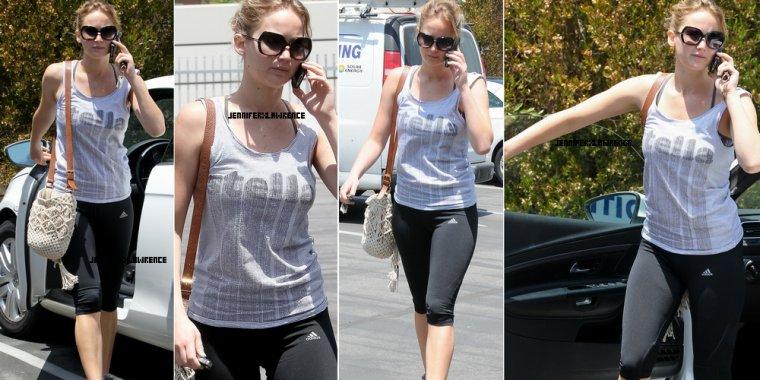 .21 JUIN. Jen se rend dans une salle de gym de Pasadena avec une amie ... 2012... • Le téléphone .. qu'est ce qu'on ferai sans franchement..