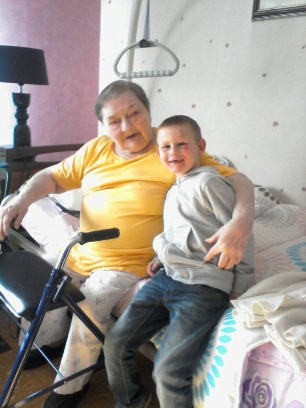 mon fils avec son arriere grand mere