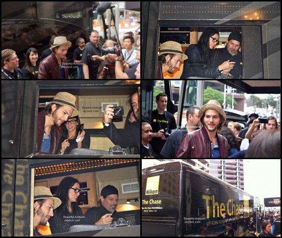 * * * 13 . 03 . 2011 - Ashton Kutcher a envoyé ses followers de Twitter sur une chasse au trésor au centre-ville d'Austin. Entre 10h et 14 heures, il a tweeté quatre indices qui représentent quatre différents endroits d'Austin. Le premier à arriver gagnait le droit de parrainer l' Nikon .  Ashton avait émergé pendant ce temps dans un bus garé de Nikon à côté de l'hôtel qui filmait.. Demi Moore était là aussi et faisait signe depuis le bus.  * * *