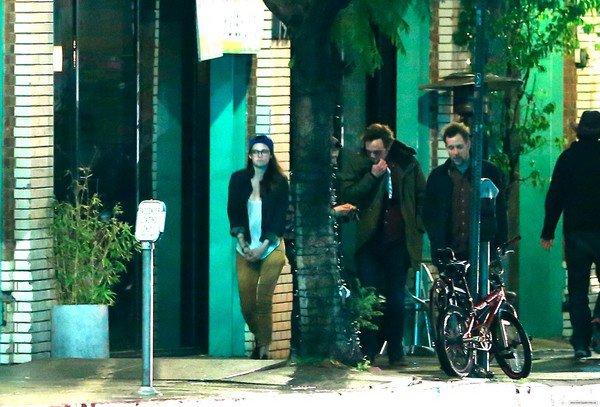 19/02/13 - Kristen à Los Feliz, Los Angeles.J'aime beaucoup sa tenue, elle a assorti son blazer avec ses  baskets et contrasté avec un jean couleur moutarde. Je suis fan!