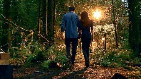 Nouveau still d'Edward et Bella.Et oui, encore un nouveau still d'Edward et Bella, cet fois devant le cottage.