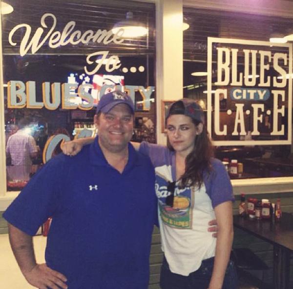 CANDID | 16/06/13 | Kristen avec un fan à Memphis.