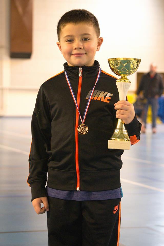 mon petit fils alex avec sa coupe et sa medaille