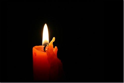 comme une flamme dans l'obscurité