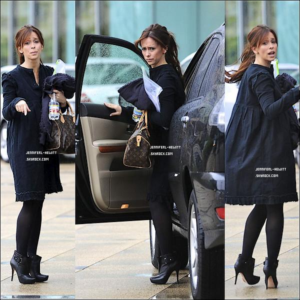 - 04.11.2011 - Jennifer a été vu s'arrêtant à un hôtel à Beverly Hills. -