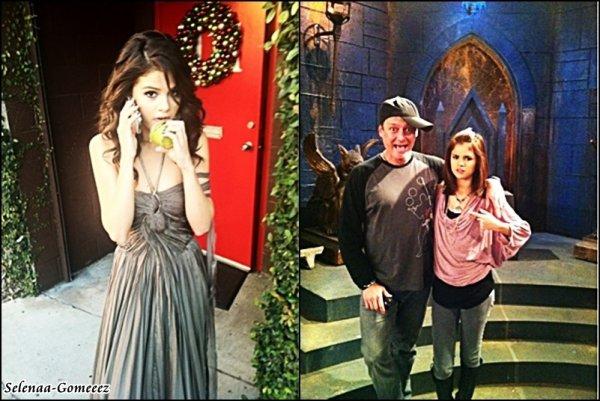 """Voici deux phots que Selena vient d'ajouter à son twitter: 1. Photo d'elle en plein tournage de """"A Year Without Rain"""" version espagnole et voilà ce qu'elle dit """"Tellement bizarre d'être de nouveau dans cette robe….. Version espagnole ;)    2. Et l'autre photo, je n'ai pas d'information exacte mais voilà ce qu'elle a ajoutée """"C'est ce mec qui a créé notre show?? .. Histoire vraie."""""""