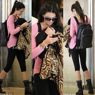 28 août. Kendall arrivant à Honolulu à Hawaii . Je trouve que Kendall a maigri :/