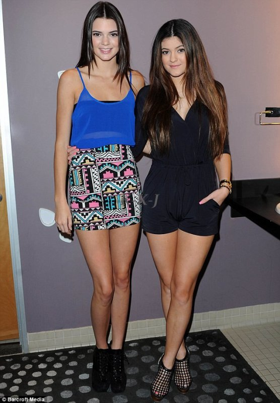 """12.Decembre Kendall & Kylie  à la campagne pour UTLA Beauty Stores """"Donate with a Kiss"""""""