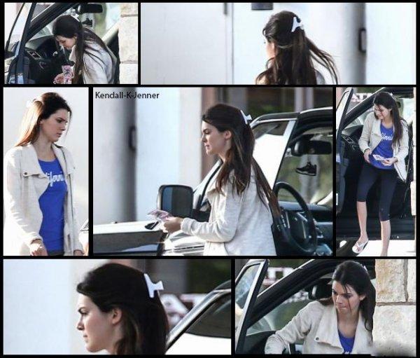 4 mars 2013: kendall a été aperçue à une station d'essence à Calabasas en Californie.