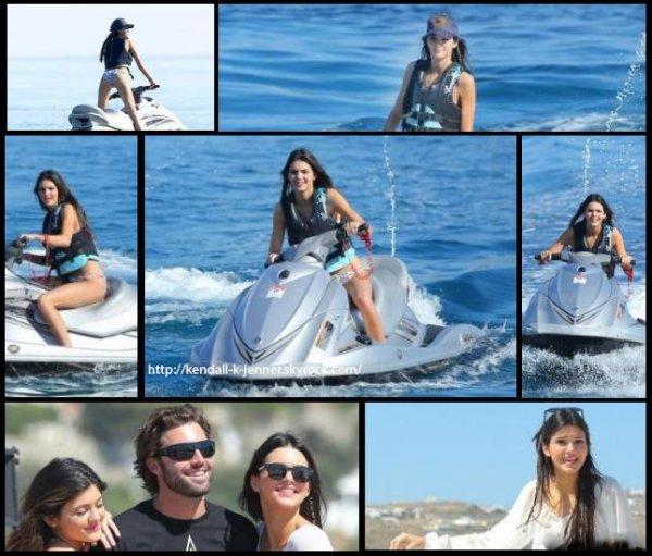 27 avril 2013: Kendall a été aperçue sur un bateau et faisant du Jet Ski en Grèce