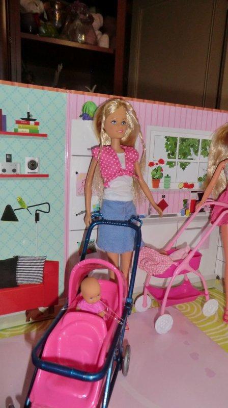 2 poupées STEFFI et une JENNY qui vient les rejoindre, petite réunion entre mamans et future maman 2/2
