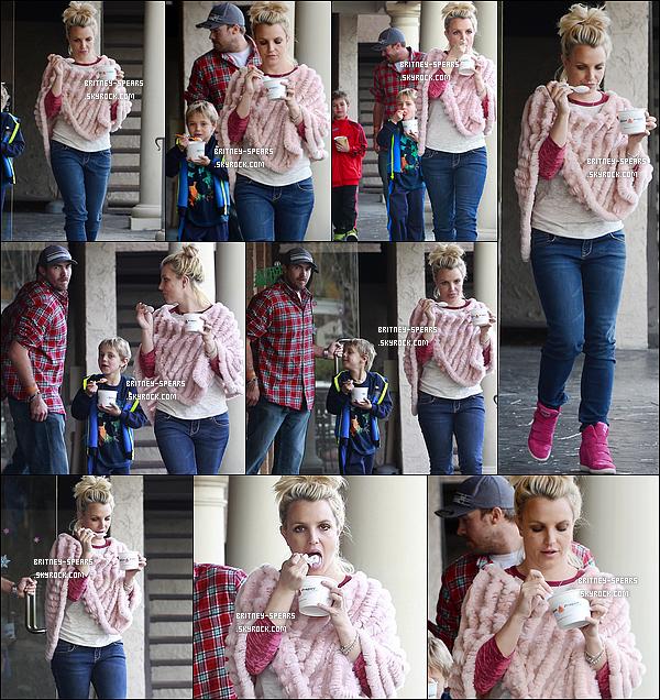 07/12/13 :  Miss Britney Spears et ses fils se sont rendus chez  «  Frozen Yoghurt » à Los Angeles, Californie.