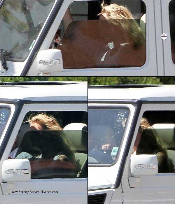 O4/O7/1O :  Brit  a été vu alors qu'elle conduisait  sa voiture, avec son garde du corps, dans Calabasas  .