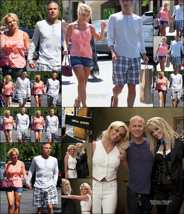 22/08/10 : Britney et Jason étaient de sortis en amoureux (+ pap' ;) ), ils faisaient du shopping  dans Calabasas  .    Britney a posté des photos du tournage de GLEE, ils sont inspiré du single me against the music avec la madonne .