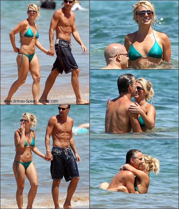 25/08/10: Britney, son boyfriend Jason et leur garde du corps super collant, ont été vus à la plage.