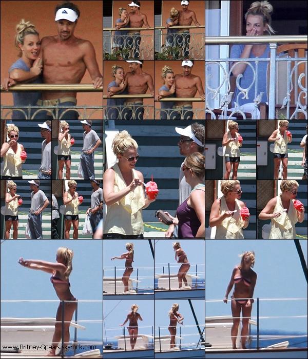 30/08/10: Au réveil Brit et Jason sont allés faire un petit coucou au pap's par le balcon de leur hôtel, ils sont ensuite allés acheter une glace pour Brit et enfin ils sont allées faire une balade en bateau à Maui (Hawaii) .Dur !