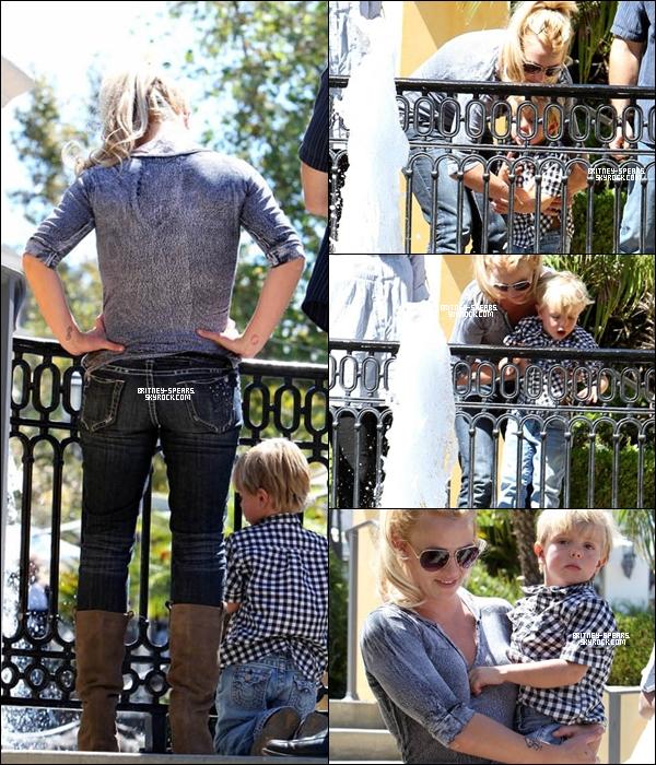 """1O/O9/1O: Britney était de sortie avec son petit  Jayden James à Calabasas, ils se sont rendus au """"Johnny Rockets""""."""