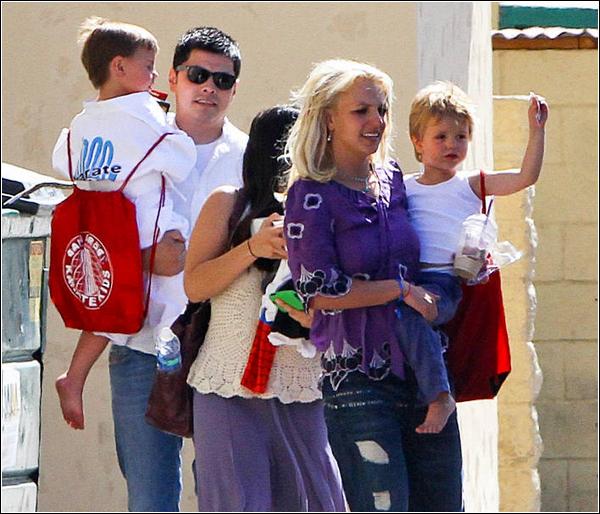 Un ex-garde du corps porte plainte pour harcèlement ...    Un ex-garde du corps de Britney a déposé une poursuite de harcèlement sexuel  contre elle, mercredi, devant la Cour supérieure de Los Angeles.     Dans son recours, Fernando Flores soutient que Britney lui a fait de nombreuses avances sexuelles en l'invitant dans sa chambre et en se pavanant nue devant lui ce qui l'aurait «humilié et traumatisé».    «Cette poursuite est une autre situation malheureuse où un individu tente de tirer  avantage de la famille Spears pour se faire un nom», peut-on lire dans le comm- uniqué publié jeudi sur le site officiel de la Britney.       Dans les documents légaux déposés par son avocat, Fernando Flores affirme  également que Britney aurait eu des relations sexuelles dans une chambre  d'hôtel alors que ses deux enfants, Preston et Jayden, étaient présents.  L'homme affirme aussi que la chanteuse aurait emprunté sa ceinture  pour frapper son fils Preston à deux reprises.    « Le Service d'aide à l'enfance du comté de Los Angeles a mené une enquête  entourant les allégations de  Flores et a décidé de fermer le dossier sans  entamer d'autres procédures,Britney et ses avocats sont persuadés que  cette poursuite sera rejetée par le tribunal», a expliqué son représentant .    Kevin Federline, a fait savoir par son avocat Mark Vincent Kaplan qu'il croyait  que les allégations du garde du corps «sont sans fondement et qu'elles ne  sont motivées que par l'argent».         Perso' j'y crois pas trop ! T'y crois toi ou tu pense que c'est un gros mytho de sa part ?!