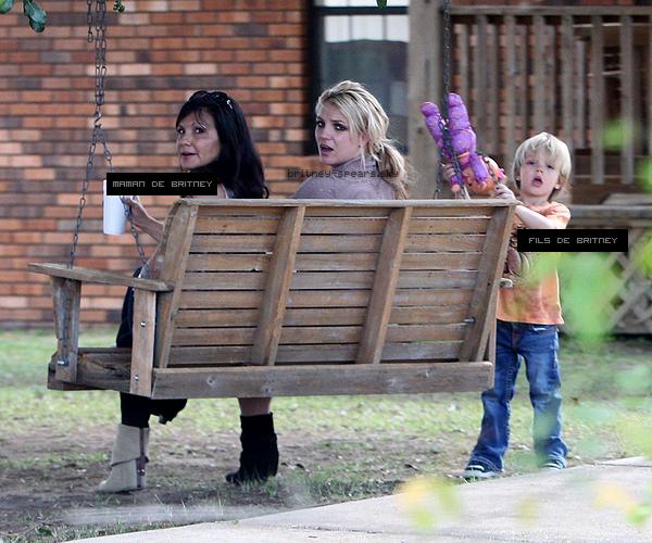 25 novembre 2010 : Brit' a été vue avec sa famille se détendant dans la maison familiale en Louisiane.