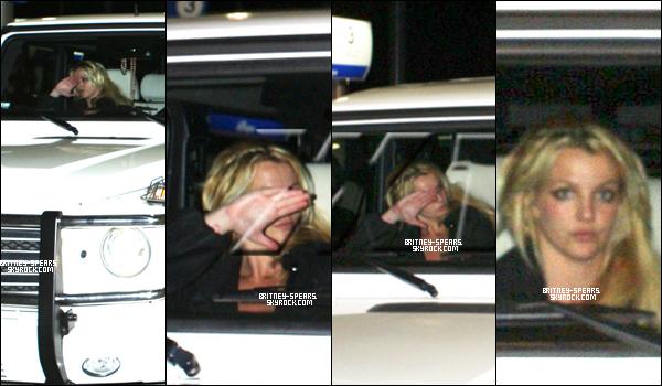 O9/12/1O: Britney  buvant un iced coffe dans sa voiture, dans Calabsas en Californie.1O/12/1O: B. était dans la voiture pendant que J. faisait  le plein dans la station d'essence.