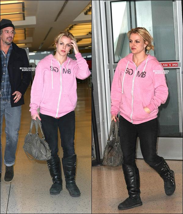 """23/12/1O: Britney  arrivant à l'aéroport """"JFK"""" de New York  en compagnie de son chérie, Jason.     «  Britney  est   une sacrée professionnelle ! »     Alors que Britney  prépare encore son  grand retour en enregistrant son septième album, attendu pour mars 2011, l'un de ses producteurs  l'estime toujours comme une grande professionnelle.   Interviewé par la presse américaine, le producteur suédois Shellback, qui a travaillé sur ce nouvel album avec Dr. Luke et Max Martin, a déclaré au sujet de Britney et de sa force de travail :  """"Elle est dans la musique depuis qu'elle a 16 ans. Et au niveau rythmique, elle est très douée. Il ne faut pas lui répéter les choses plusieurs fois. Elle est très à l'aise en studio"""". Pour faire patienter ses fans, la chanteuse et ses producteurs ont prévu la sortie d'un single dans les semaines à venir. Et d'après les premières rumeurs, ce serait Hold It Against Me qui pourrait être le premier extrait de ce septième projet studio, qui succède à l'album Circus."""