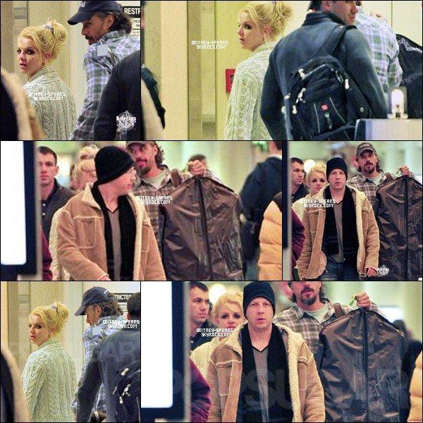 27/01/11 : Britney et son Chéri Jason ont étaient aperçu à  l'aéroport de LAX, à Los Angeles.