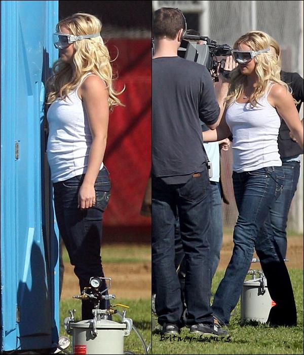 27/03/11 :Britney se rendant au  Jimmy Kimmel Live a Los Angeles  (Californie) . Les photos du show arrivent