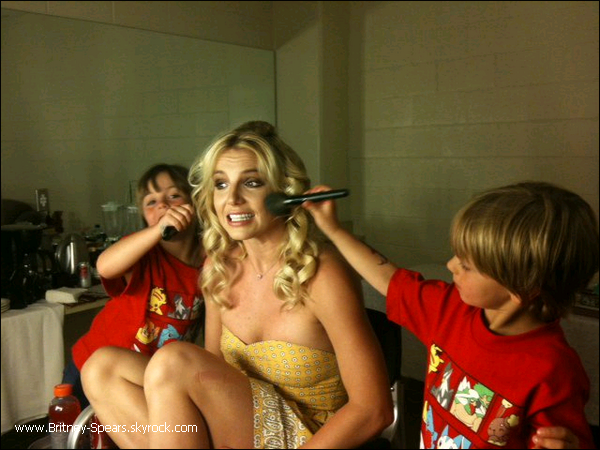 Le 24 juin 2011,  Britney était en concert à Anaheim aux Etats-Unis, pour  le   show  de sa tournée    « Femme Fatale Tour ». Une Britney très souriante a ensuite posée avec ses fans.