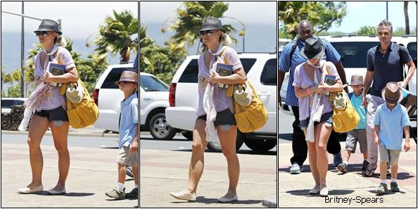 Le O6 Juillet 2012,  Britney     à l'aéroport de Hawaii pour rentrer chez elle, avec Jason et ses deux fils  .