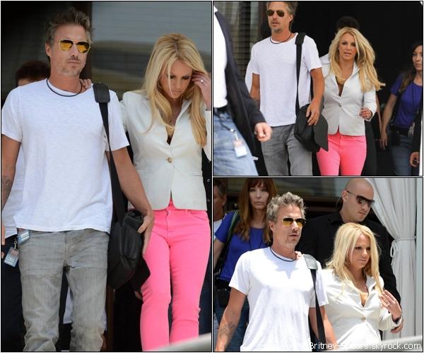 Le 24 Juillet 2012,  Britney    sortant de son Hotel avec  Jason, Larry Rudolph et  son père, à Miami .  Le 25 Juillet 2012,  Britney    sortant de son hôtel pour se rendre au auditions d'X-Factor, à Miami  .