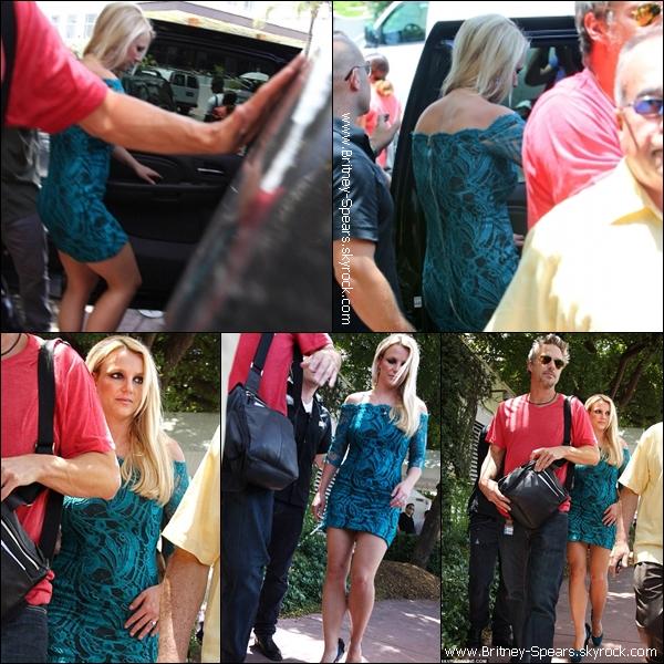 Le 26 Juillet 2012,  Britney    sortant de son hôtel  pour se rendre  au auditions d'X-Factor à Miami  .  Le 27 Juillet 2012,   Britney    quittant son hôtel pour se rendre au auditions, puis elle a  pris un vol pour L.A .