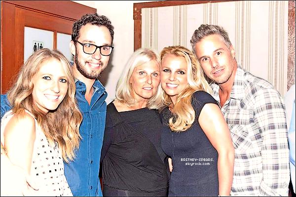 Découvrez cette nouvelle photo de Britney Spears et Jason Trawick qui a été été prise le weekend dernier pour l'anniversaire de David un ami de Jason.