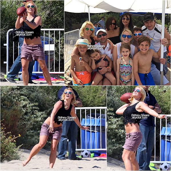 .  Brit' accompagnée de sa famille, a été vue jouant au football sur une plage le 03 mai 2015.  .