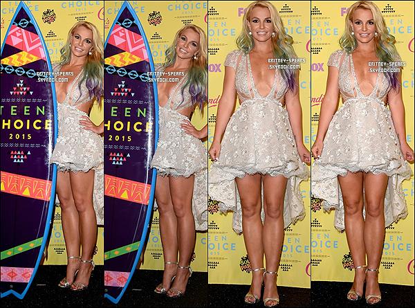 """16 août 2015 : Miss Britney Spears était présente à la cérémonie des """"Teen Choice Awards"""". Comme en 2009, cette année là les TCA ont honoré Brit', en remportant le prix du Style Icon."""