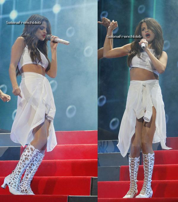 30/10/13 - Selena était à Tampa en Floride pour le Stars Dance Tour.